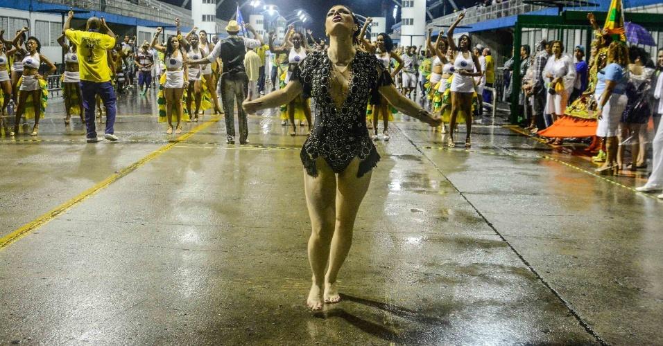 19.dez.2015 - De vestido curto com pedrarias avaliadas em R$ 5.000, a socialite Ju Isen,  que recentemente foi detida em manifestação contra a Presidente Dilma Rousseff, faz seu primeiro ensaio técnico no sambódromo de São Paulo