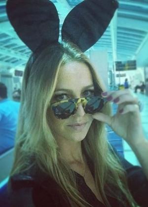 Luana Piovani tira foto de coelhinha no aeroporto antes de embarcar para SP - Reprodução/Instagram/luapio