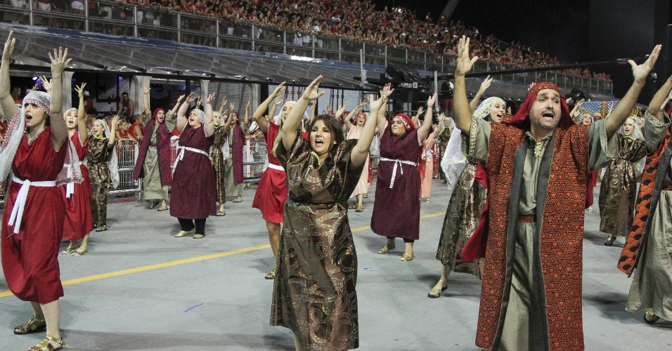 6.fev.2016 - Ala da Águia de Ouro faz coreografia durante desfile. A escola foi a terceira a entrar na avenida no Carnaval de São Paulo