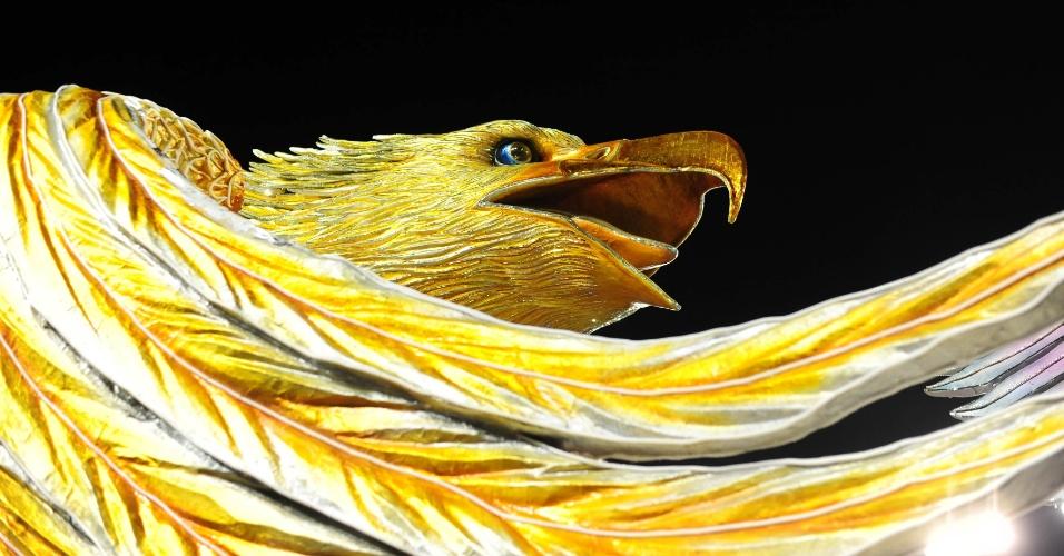 6.fev.2016 - O símbolo da Águia de Ouro em carro alegórico da escola