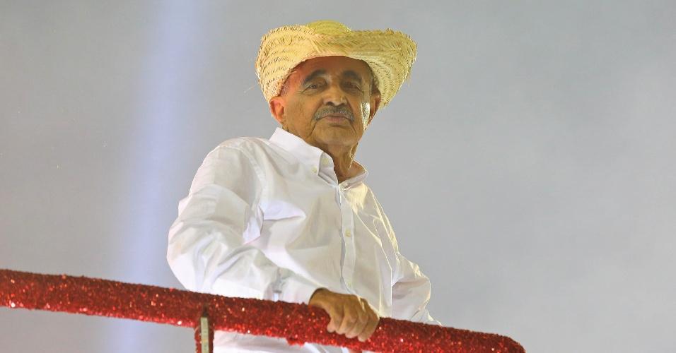 9.fev.2016 - Francisco, pai de Zezé e Luciano, recebeu posição de destaque no carro dedicado à família dos cantores