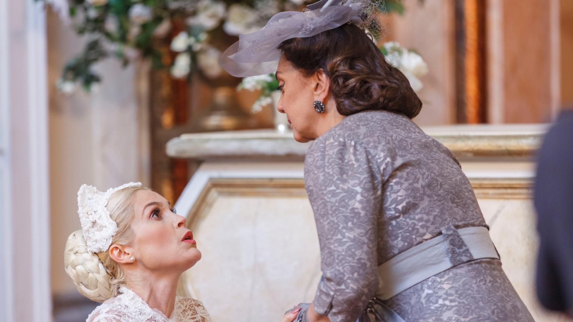 Sandra (Flavia Alessandra) fica furiosa com o filho de Anástacia (Eliane Giardini)