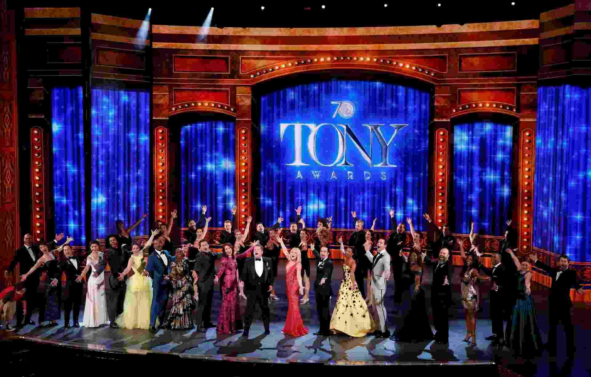 12.jun.2016 - Indicados ao Tony Awards e o apresentador James Corden se apresentam durante a cerimônia em Nova York - Reuters