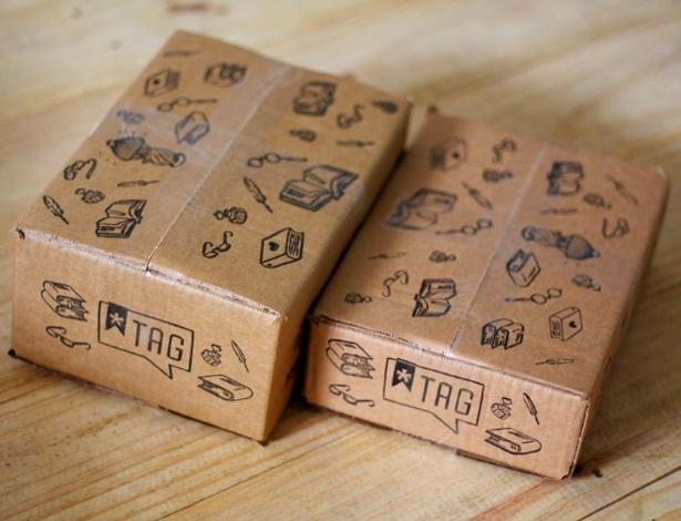 """Caixa com kit mensal do clube de assinatura de livros """"TAG: Experiências Literárias"""" - Reprodução/Facebook"""