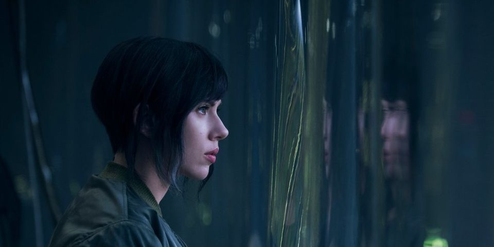 Scarlett Johansson como a personagem Major Motoko em cena do filme