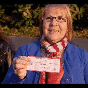 17.nov.2016 - Fãs exibem ingressos da transmissão da abertura do Mar Vermelho no Luna Park, uma tradicional casa de espetáculos de Buenos Aires - Grégoire Bouquet/UOL