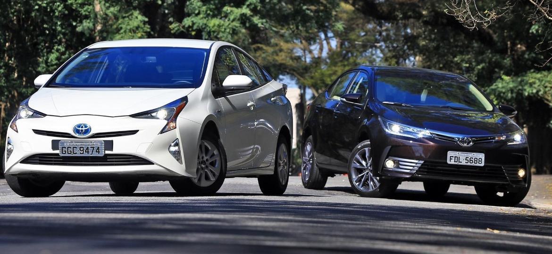 Toyota Prius ao lado do novo Corolla: regras do Rota 2030 podem fazer híbrido mais vendido do mundo virar flex e ser produzido no Brasil - Mario Villaescusa/Carplace