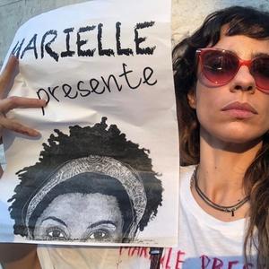 Maria Ribeiro protesta contra Jair Bolsonaro em Lisboa