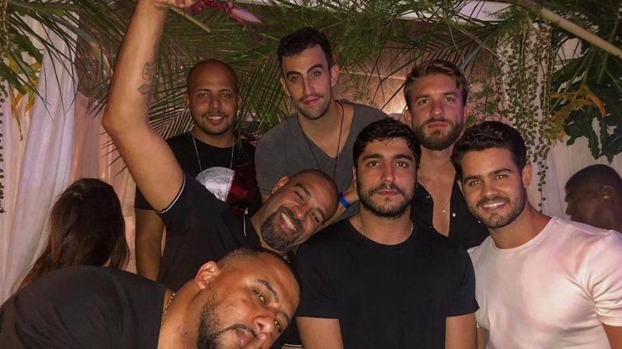 Thiago Magalhães posa ao lado de Adriano Imperador e outros amigos em boate - Reprodução/Instagram