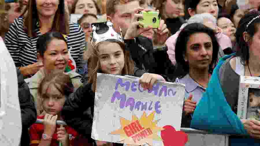 """""""Meghan Markle é o poder feminino"""", escreveu essa garotinha, que apareceu de coroa e tudo - Getty Images"""
