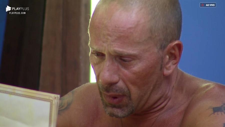 """Rafael Ilha chora enquanto arrumas as malas em """"A Fazenda 10"""" - Reprodução/PlayPlus"""