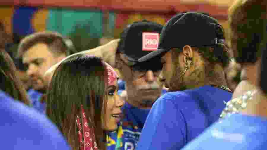 Neymar e Anitta em camarote da Marquês de Sapucaí durante desfile de Portela - Júlio César Guimarães/UOL