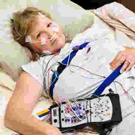 A mulher da imagem não sou eu, mas ela ilustra bem como me senti ao fazer a polissonografia no hospital  - iStock