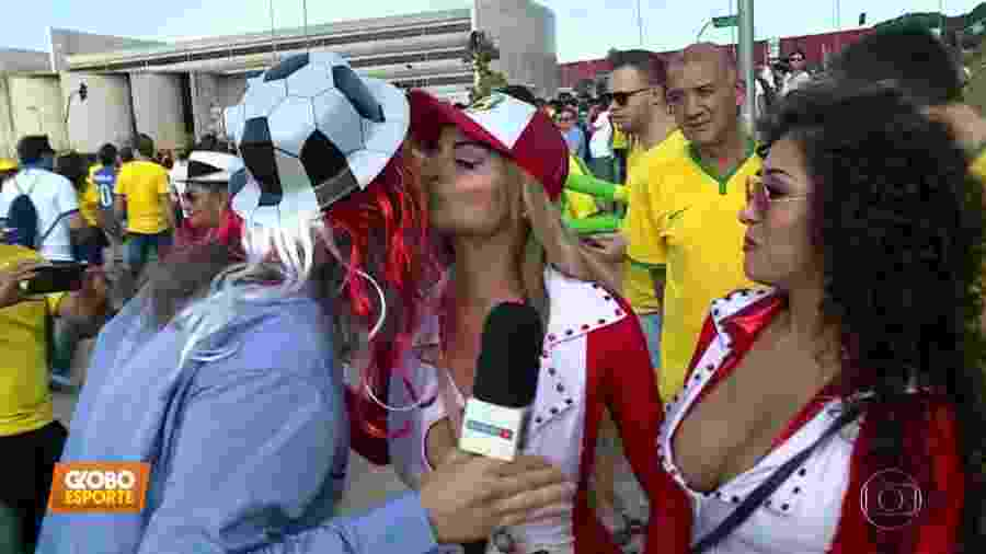 Lucas Strabko, o Cartolouco, beija peruanas em reportagem para o Globo Esporte - Reprodução/TV Globo
