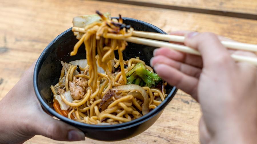 """Governo da China quer que as pessoas """"limpem o prato"""" e peçam menos comida nos restaurantes - iStock"""