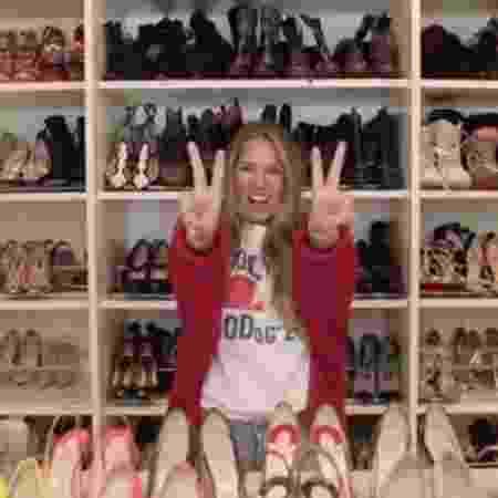 Adriane Galisteu não perdeu tempo e exibiu seus sapatos Christian Louboutin - Reprodução
