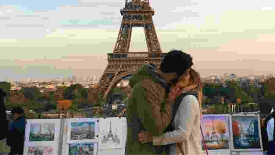 Foto de Kristiana Kuqi feita em frente à Torre Eiffel, em Paris, na França - Reprodução/Twitter