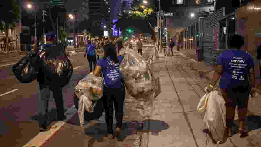 Catadores estão entre os trabalhadores vulneráveis sem direito ao auxílio de R$ 600; na foto, ação do Pimp My Carroça durante o Carnaval - DiCampana/Foto Coletivo