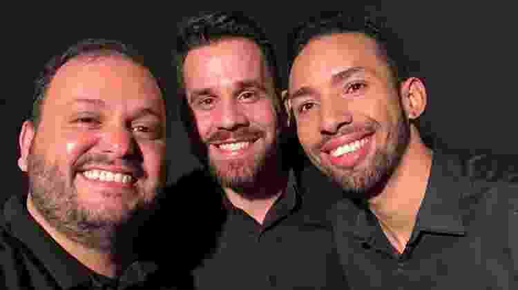 Quintino, Diego e Jorlan se revezaram na interpretação da língua brasileira de sinais no Festival Fome de Música - Arquivo pessoal - Arquivo pessoal
