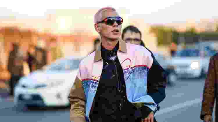 Jovem com óculos estilo cíclope, que ganhou espaço nas Semanas de Moda no início de 2020 - Edward Berthelot/Getty Images