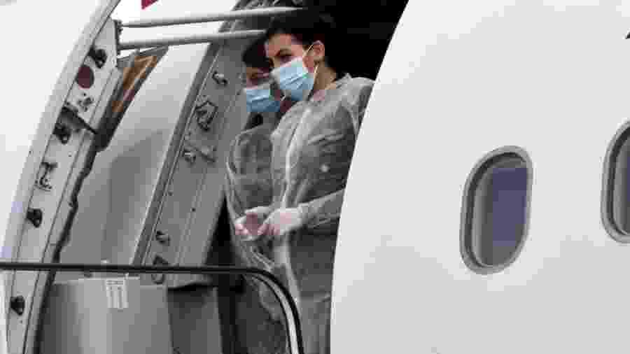 Comissárias de companhia aérea grega aguardam passageiros na aeronave em plena pandemia de coronavírus - Getty Images