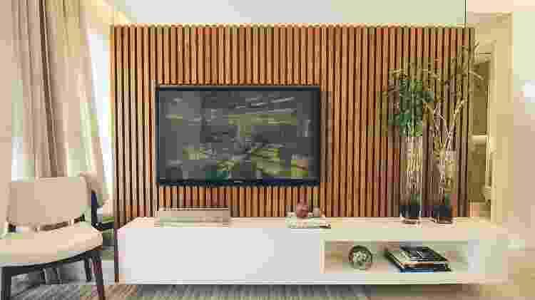 Painel de madeira posicionado atrás da televisão para esconder a fiação  - Reprodução/Pinterest