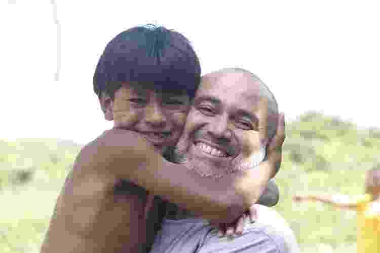 Josimas Ramos e o menino Victor na Aldeia Tabaçu Reko Ypy, em Peruíbe (SP) - Vivência na Aldeia - Vivência na Aldeia