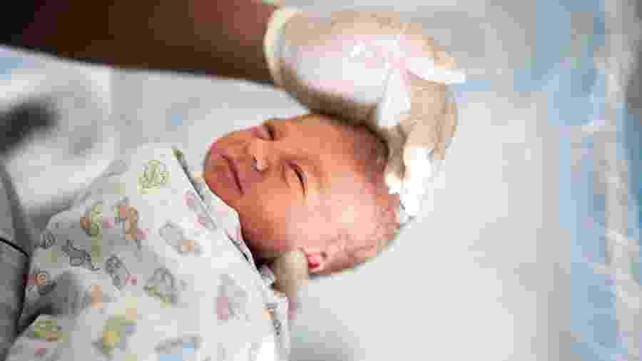Médica orientou as ajudantes a usar luvas e máscaras, e acompanhar mãe e bebê até que fossem finalmente transferidos para um hospital - iStock