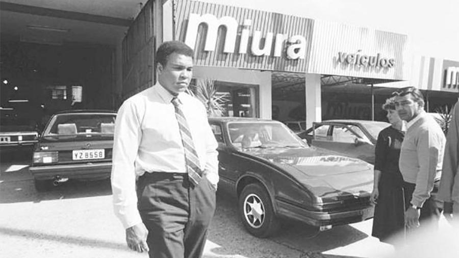 Muhammad Ali visita sede da Miura, em Porto Alegre (RS), em 1987; ideia era vender carros da marca e também da Puma no Oriente Médio - Olderige Zardo/Banco de Dados/Jornal Zero Hora/Reprodução - 1987