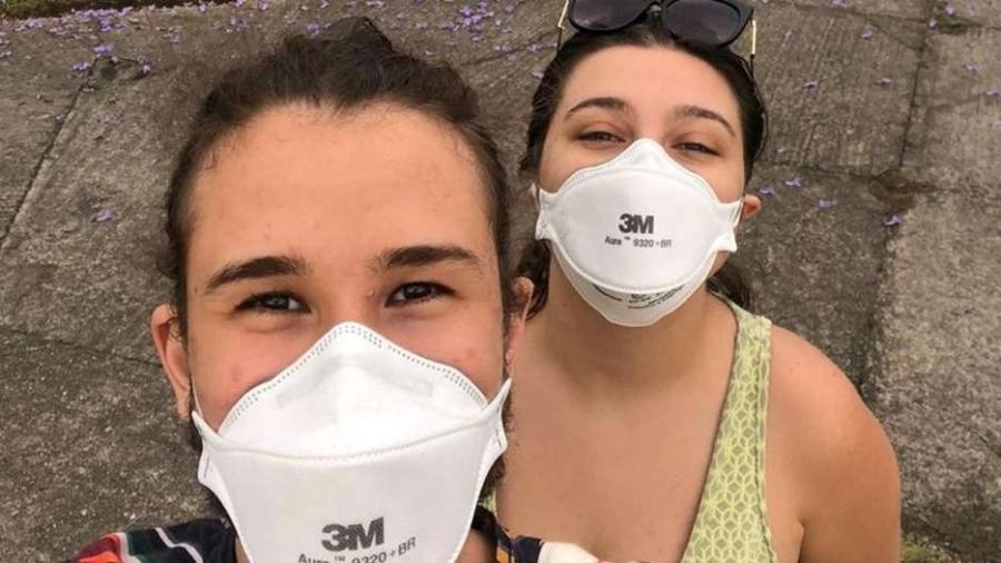 Beatriz e Ralph passam até 4h do dia coletando informações sobre o uso de máscara - Arquivo pessoal/BBC News