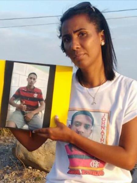Ana Paula segura a foto do filho Johnathan, morto com tiro nas costas durante confronto em Manguinhos - Arquivo pessoal