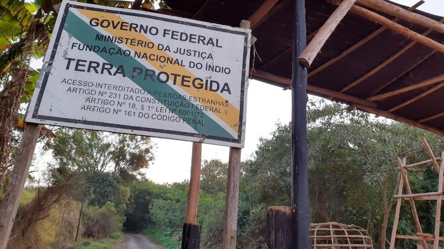 Terra Indígena Jaraguá: Na entrada da aldeia Tekoa Itakupe, placa avisa: a área é protegida pelo governo federal - Henrique Sales Barros/UOL