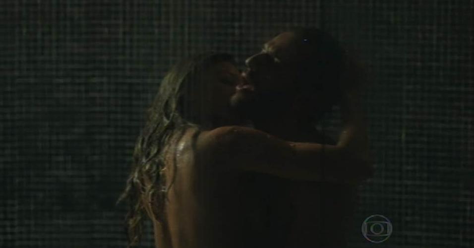 Durante o mesmo capítulo também foram exibidas sequências quentes de Larissa, personagem de Grazi Massafera, que transou com Alex (Rodrigo Lombardi). Os dois atores chegaram a aparecer completamente nus, simulando fazer sexo embaixo do chuveiro