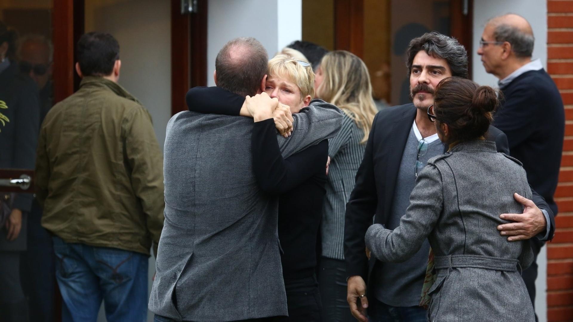 13.set.2015 - Xuxa se emociona no enterro do irmão Cirano Rojabaglia