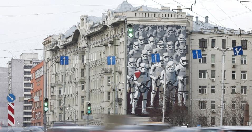 14.dez.2015 - Prédio em Moscou é tomado por painel de stormtroopers a poucos dias da estreia de