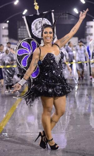 14.jan.2015 - A ex-BBB Amanda Djehdian vestiu uma fantasia de borboleta para desfilar no sambódromo do Anhembi na noite desta quinta-feira