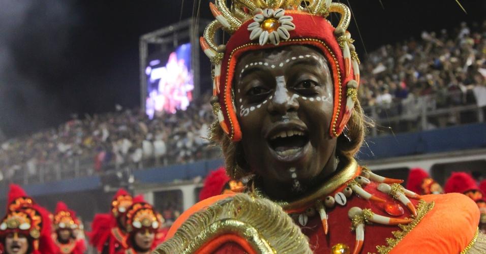 07.fev.2016 - Integrante da Mocidade Alegre canta o samba-enredo da escola, que celebrou a história do samba