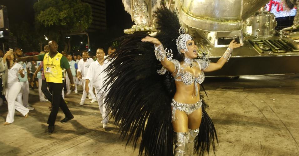 8.fev.2015 - Anitta estreia como musa e desfila no chão pela Mocidade Independente de Padre Miguel