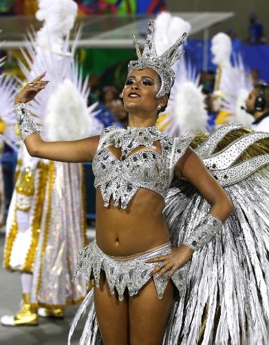 """9.fev.2016 - A rainha de bateria Raphaela Gomes, de 17 anos, caiu durante o desfile. """"Não machucou. Tinha muito óleo na avenida, mas a bateria me deu força e eu levantei logo"""", falou a passista ao UOL"""