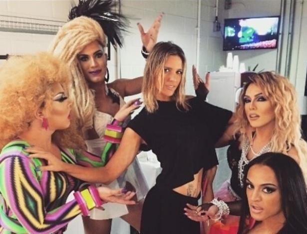 Fernanda Lima (centro) posa com as drag queens Gloria Groove (de macacão colorido), Aretuza Lovi (com dreadlocks), Sarah Mitch (com colares prata) e Pablo Vittar (de rosa) - Reprodução/Instagram/gloriagroove