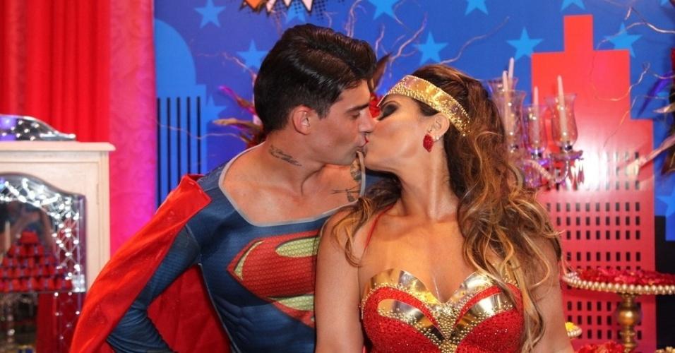 1.abr.2016 - Vestida de Mulher-Maravilha, Viviane Araújo comemora 41 anos ao lado do namorado Radamés, que estava de Super-Homem. A comemoração aconteceu em uma casa de festas em Bangu, no Rio de Janeiro