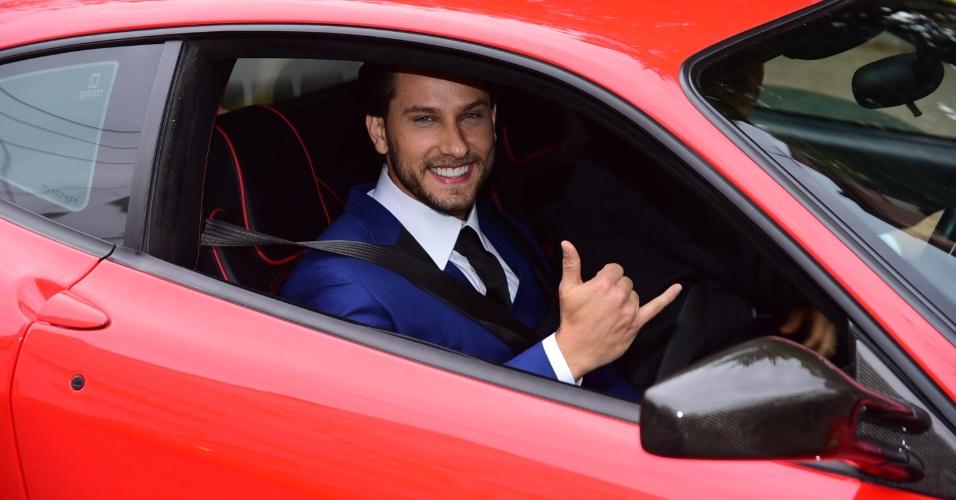 4.set.2016 - O ex-BBB Eliéser chega em uma Ferrari vermelha para seu casamento religioso com a também ex-BBB Kamilla Salgado. Os ex-BBBs já se casaram no civil há quase dois meses, no dia 16 de julho