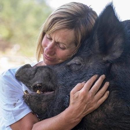 A ativista Deborah Pearce com a borca Edna, que viveu 12 anos confinada em um espaço mínimo - Reprodução/The Dodo