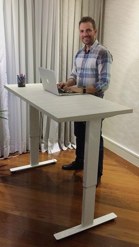 Fernando Ziemer posa com a Geniodesk - Divulgação