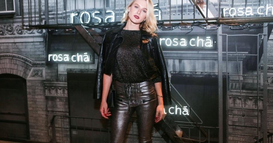 Recém Separada de Alexandre Pato, Fiorella Mattheis abusa do brilho em evento de moda em São Paulo