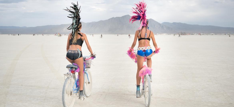 Burning Man, nos EUA, é um festival que ocorre todo ano em uma cidade erguida temporiamente no meio de uma área desértica - Getty Images