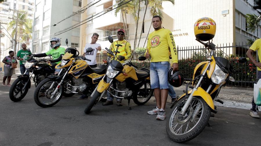 Mototaxistas aguardam passageiros no carnaval de Salvador - Alisson Louback/UOL