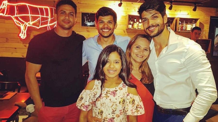 Lucas ao lado da mãe, Lícia, e dos irmãos: Tiago, Isaac e Adriele - Reprodução/Instagram