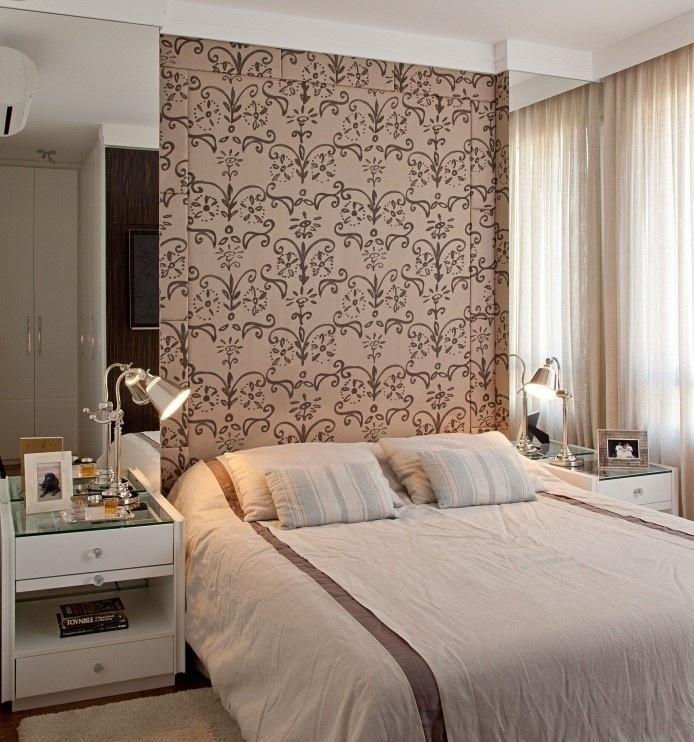 O uso de espelhos nas laterais da cama valoriza e agrega profundidade ao espaço
