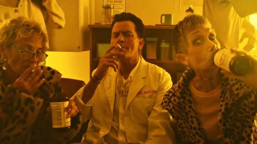 """Charlie Sheen no videoclipe de """"Drug Addicts"""", do rapper Lil Pump - Reprodução"""